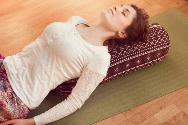 """Eckiges Meditations- und Yogakissen """"Paravati"""" von #DoYourYoga Frau praktiziert 3"""