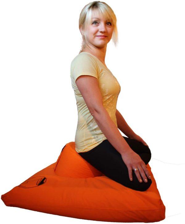 Ergonomisches Meditations- und Yogakissen von KlarGeist Füllung Ergonomie Frau in Sitzposition